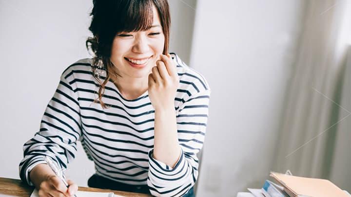 笑顔の大人の女性